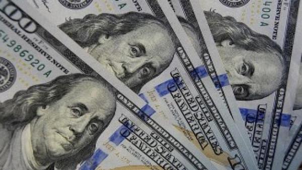 الدولار يتمسك بمكاسبه وسط عزوف عن المخاطر