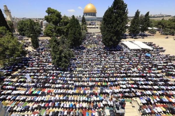 أكثر من 15 ألف مواطن يؤدون صلاة الجمعة في الأقصى