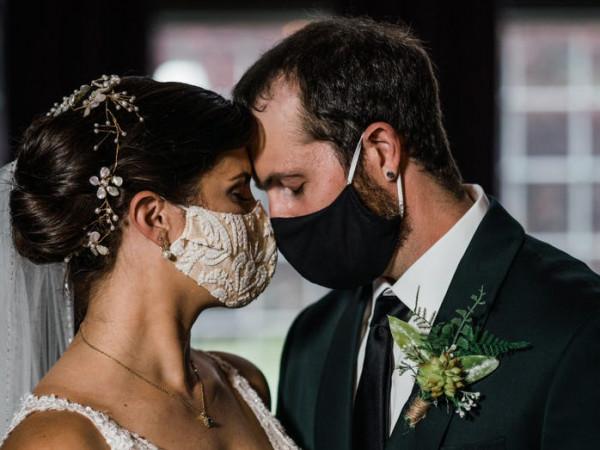 شكل جديد من حفلات الزفاف فرضته (كورونا).. المدعوين داخل سياراتهم