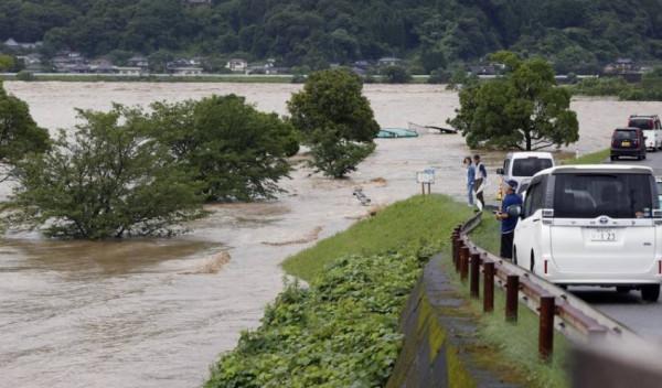 بسبب فيضانات وانهيارات أرضية.. عشرات آلاف اليابانيين يخرجون من منازلهم غرب البلاد