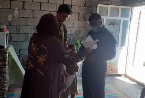 وزير العمل يوجِّه فريق الرصد الميداني بزيارة عائلة من قضاء التاجي