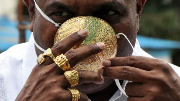 الأغلى ثمناً.. هندي يحمي نفسه من (كورونا) بكمامة ذهبية