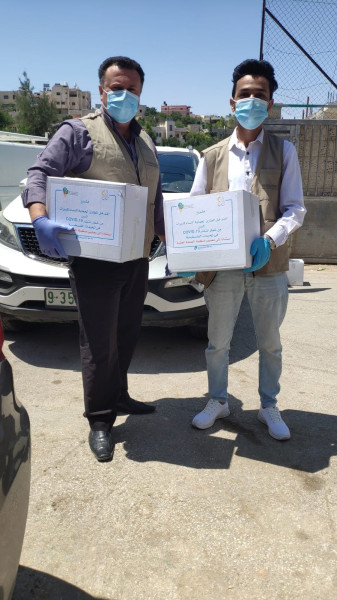 المركز الفلسطيني يزود لجنة طوارئ بني نعيم بحقائب رعاية صحية