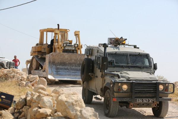 قوات الاحتلال تعتقل مواطناً وتستولي على جرافته شمال أريحا