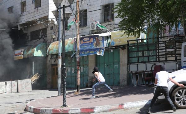 شاهد: إصابة شاب بمواجهات مع الاحتلال في الخليل