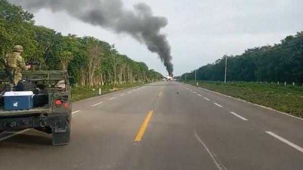 فيديو: سقوط طائرة مدنية على طريق للسيارات في المكسيك.. ونشوب حريق كبير