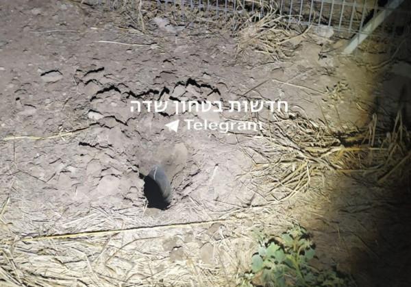 """شاهد: حفرة أحدثها صاروخ أُطلق نحو """"غلاف غزة"""" اليوم"""
