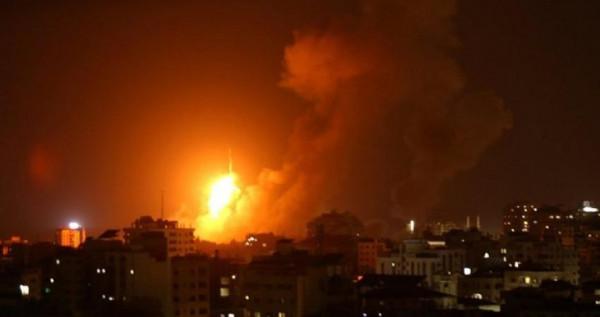فيديو: طائرات الاحتلال تَشُن عدة غارات شرقي مدينة غزة