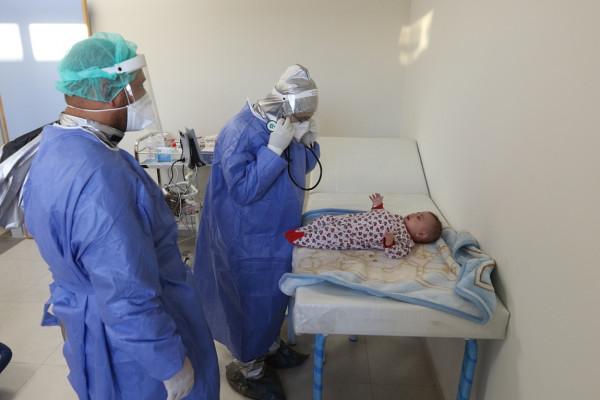 الطواقم الطبية تُنقذ جنيناً لمريضة مصابة بفيروس (كورونا) في الخليل