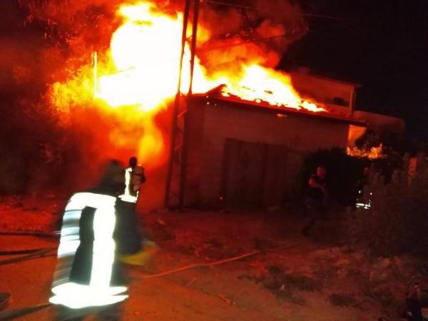 صور: الدفاع المدني يُسيطر على حريق مخزن داخله مواد بترولية في جنين