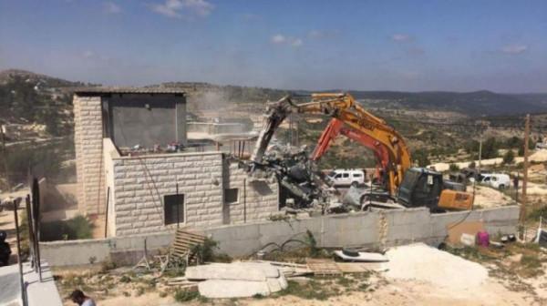 الاحتلال يهدم سوراً استنادياً في قرية الولجة غرب بيت لحم