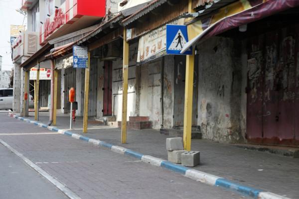 الشرطة والأجهزة الأمنية تغلق 12 محلاً تجارياً لعدم الالتزام بالتعليمات في سلفيت