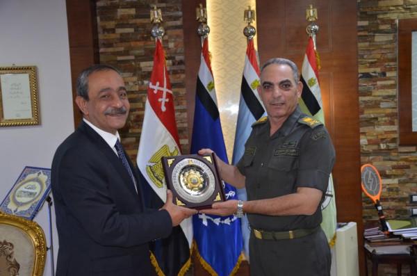 محافظ الاسماعيلية يلتقى قائد الجيش الثانى الميدانى ويشيد بجهود القوات المسلحة