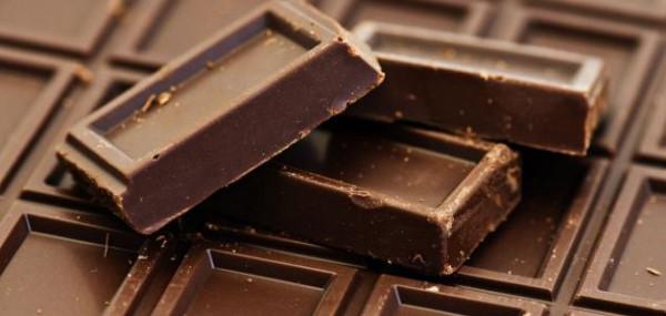 ماسبب تكون طبقة بيضاء اللون على الشوكولاتة؟