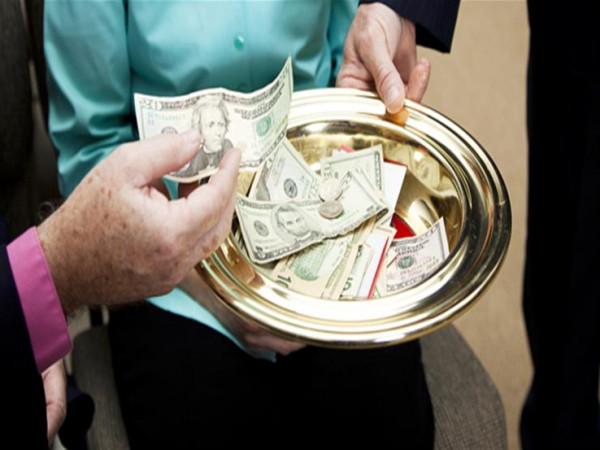 تعرف على الحكم الشرعي لمن يجمع مال اليتيم ويأخذ منه