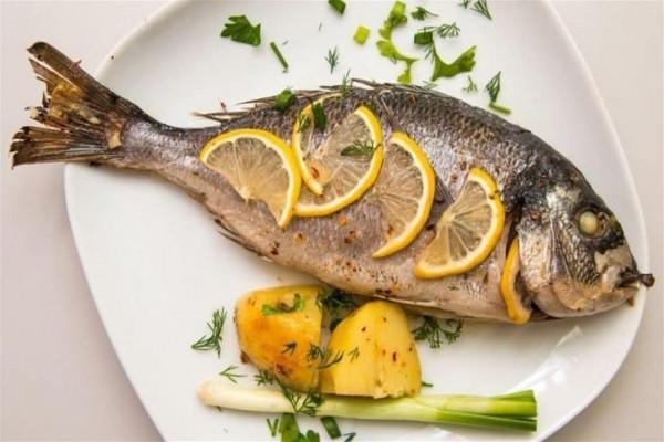 يحتوي على فيتامين D.. هذا ما يفعله تناول جلد السمك بجسمك