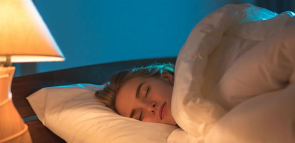 ما هو تأثير النوم بوجود اضاءة على وزن النساء؟