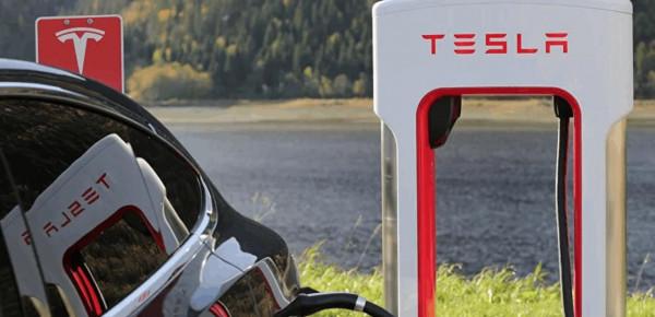 """""""تسلا"""" تخفض سعر سياراتها الكهربائية لهذا السبب"""