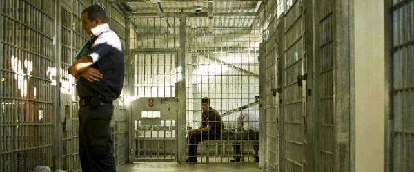 نادي الأسير: قوات القمع تقتحم سجن (عوفر) وترش الأسرى بالغاز