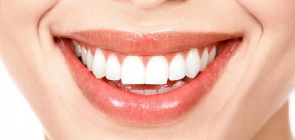 وصفات سحرية لتلميع أسنانك في دقائق