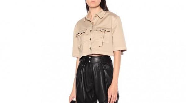 القميص ذو الأكمام القصيرة نجم الموضة النسائية