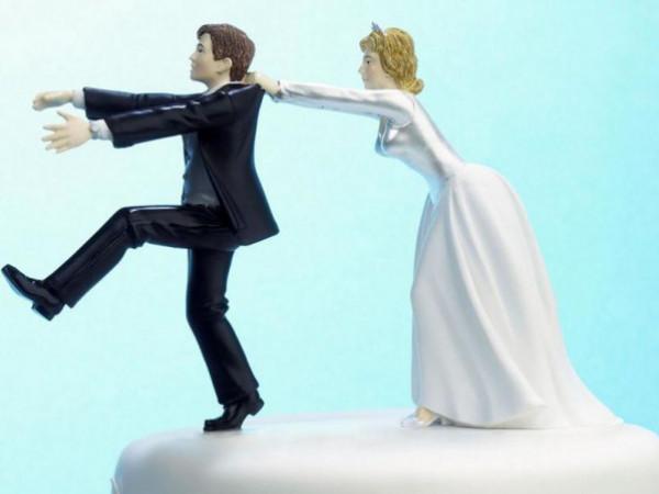 بسبب طلب غريب من والدته.. عريس يتأخر على حفل الزفاف ساعة