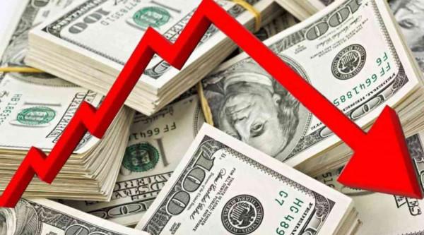الدولار يهبط إلى أدنى مستوياته في شهر