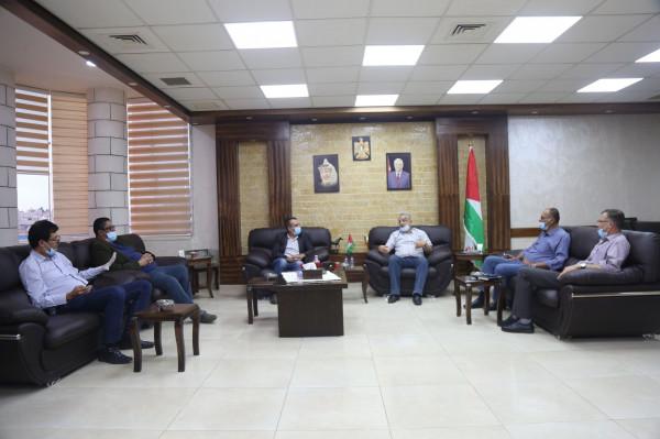 محافظ طولكرم يناقش مع وفد من وزارة السياحة عدداً من المواضيع