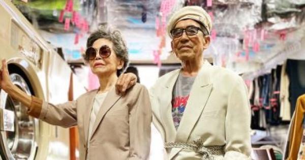 مسنان يصبحان نجوما على السوشيال بسبب ملابس زبائن مغسلتهما