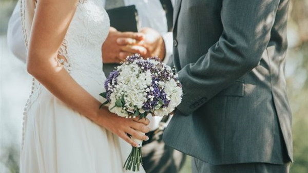 عروسان يضعان شروطاً غريبة لحضور حفل زفافهما