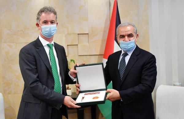 اشتية يُقلّد سفير إيرلندا لدى فلسطين وسام نجمة القدس