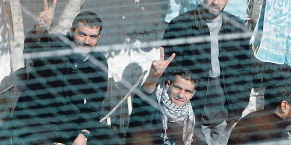 فروانة: 4500 اسير في سجون الاحتلال بينهم 39 اسيرة