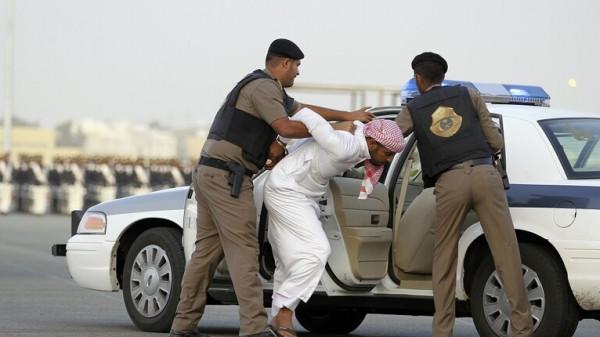 جريمة مروعة.. رجل سعودي يقتل زوجته طعنا ويسلم نفسه للشرطة