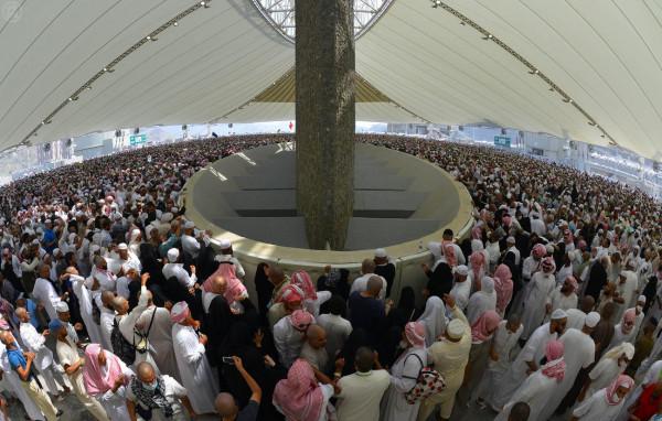 الحجاج يرمون اليوم الجمعة جمرة العقبة الكبرى