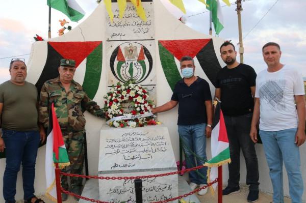 حركة فتح تضع أكاليل من الزهور على أضرحة الشُّهداء بمخيَّم البرج الشَّمالي