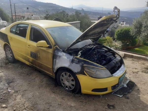 """صور.. مستوطنون يحرقون مركبتين في بلدة """"فرعتا"""" بقلقيلية ويخطون شعارات عنصرية"""