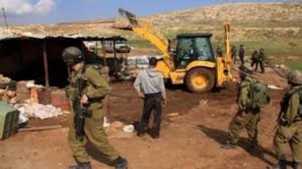 الاحتلال يخطر بهدم أربعة مساكن شرق يطا