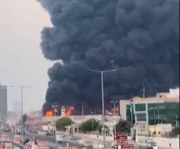 شاهد: بعد انفجار لبنان.. حريق هائل بسوق شعبي في الإمارات
