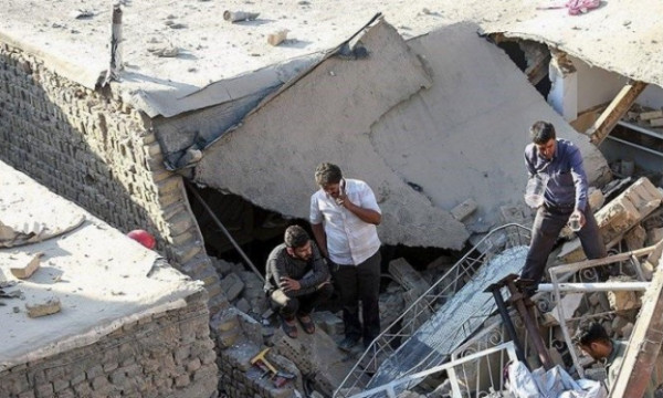 شاهد: انهيار مبنى سكني بالعاصمة الإيرانية واندلاع النيران فيه
