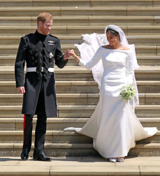 بالصور.. نجمات لبسن فساتين زفاف ذات أكمام طويلة