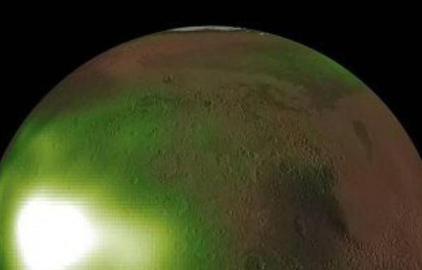 """شاهد: توهج أخضر """"مُرعب"""" في كوكب المريخ"""