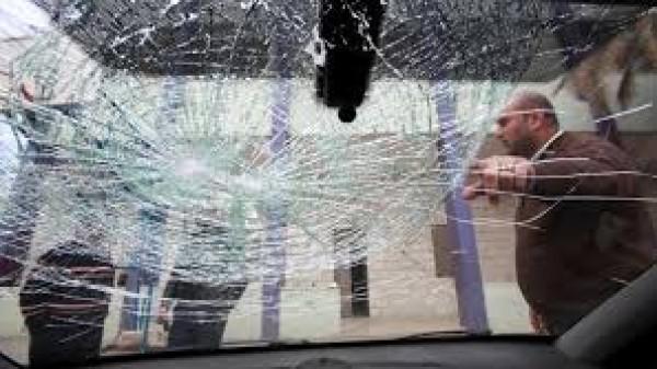 إصابة مواطن في اعتداء للمستوطنين على مركبته جنوب نابلس