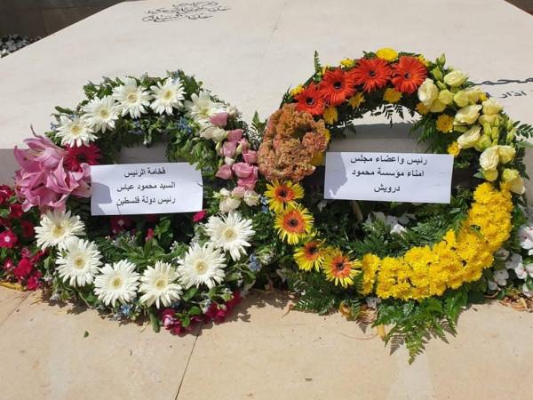 أبو عمرو يضع إكليلاً من الزهور باسم الرئيس على ضريح محمود درويش