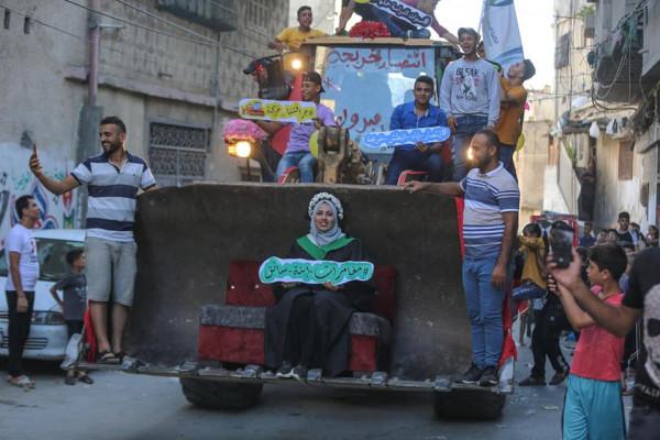 شاهد: خريجة جامعية من غزة يزفها والدها على جرافة