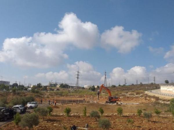 سلطات الاحتلال تهدم سورا قيد الإنشاء في قرية قلنديا