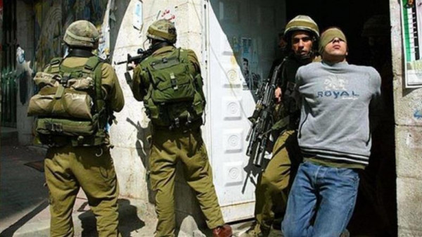 الاحتلال يعتقل مواطنين من مخيم الأمعري