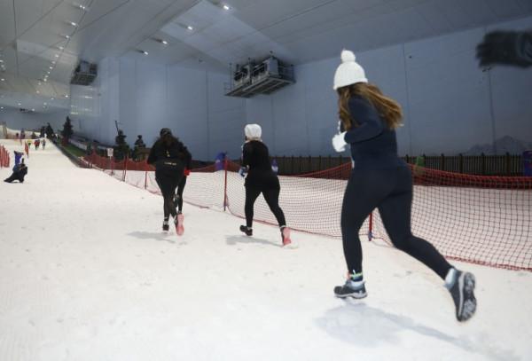 صور: الأول بالشرق الأوسط.. دبي تنظم سباق الجري الثلجي بذروة حرارة الصيف