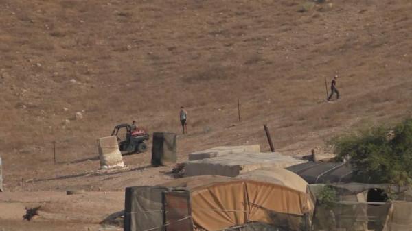 مستوطنون يُسيجون أراضٍ في خربة احميّر بالأغوار الشمالية