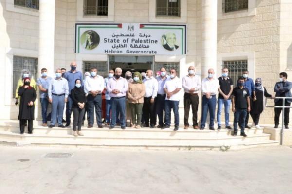 عشرات المواطنين يشاركون بوقفة غاضبة في الخليل رفضاً للتطبيع مع الاحتلال