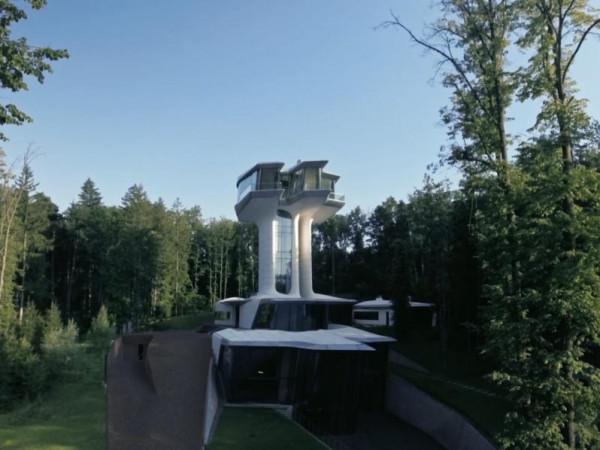 """منزل أسطوري على هيئة سفينة فضاء..بقيمة 140 مليون دولار وبلمسات """"زها حديد"""""""